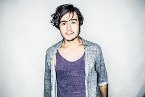 Tiago Iorc apresenta nesta quinta, no Teatro Popular, turnê do álbum 'Troco Likes'