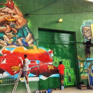 Artistas finalizando suas obras
