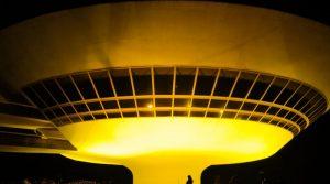 """MAC no movimento """"Maio Amarelo"""", iluminação amarela até sexta"""