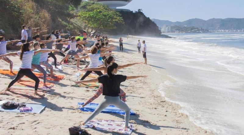Yoga na Praia de junho acontece neste domingo em Niterói