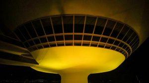 Museu de Arte Contemporânea fica amarelo