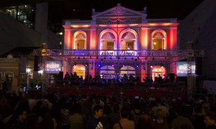 Natal na rua ilumina Teatro Municipal