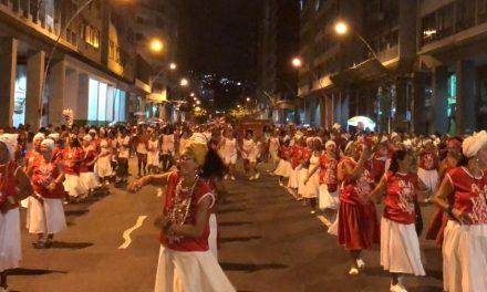 Imagem aérea do ensaio de rua da Viradouro em Niterói, RJ, empolga torcedores