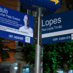 Placas da Rua Ator Paulo Gustavo são instaladas em Niterói.