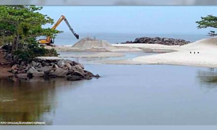 Máquinas reabrem canal que liga a Lagoa de Itaipu ao mar